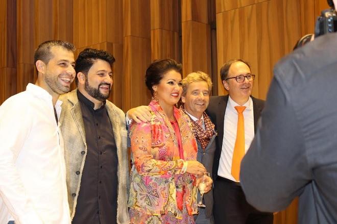 Netrebko po skončení koncertu v Budapešti s dirigentom Jaderom Bignaminim (úplne vľavo), maželom Jusifom Eyvazovom a riaditeľom Müpa Csabom Káelom (úplne vravo) (foto © Natália Dadíková)