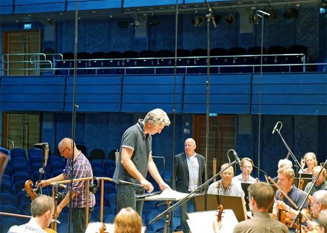 Henrik Schaefer při natáčení opery Gillet på Solhaug (foto Maria Hovberg/Norrköpings symfoniorkester)