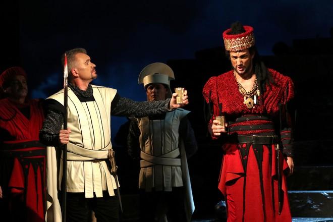 Giuseppe Verdi: Attila - Alexander Vovk (Ezio) a David Szendiuch (Attila) – SD Opava 2016 (foto Tomáš Ruta)