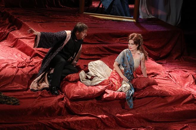 G. Puccini: Tosca - Šimon Svitok (Scarpia), Jolana Fogašová (Tosca) - Štátna opera Banská Bystrica 2016 (foto Štátna opera Banská Bystrica)