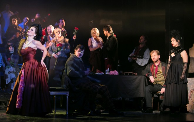 Giacomo Puccini: Bohéma - Anetta Holá (Musetta), Marek Gurbaľ (Marcello), Jozef Gráf (Rodolfo) a Janette Zsigová (Mimi) - ŠD Košice 2016 (foto Joseph Marčinský/ŠD Košice)