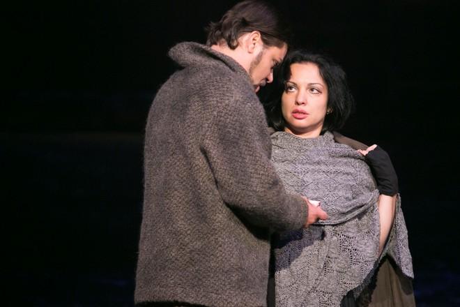 Giacomo Puccini: Bohéma - Marek Gurbaľ (Marcello), Janette Zsigová (Mimi) - ŠD Košice 2016 (foto Joseph Marčinský/ŠD Košice)