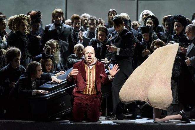 Dmitrij Šostakovič: The Nose - Martin Winkler (Kovaljov) - The Royal Opera Londýn 2016 (foto © ROH/Bill Cooper)