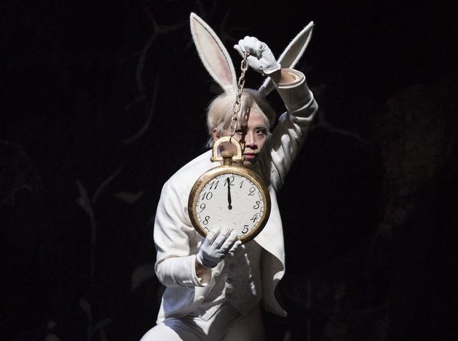 Alenka v krajine divov - choreografia Jorma Elo - Xiaoyu He (White Rabbit) - Suomen Kansallisbaletti (foto © 2016 Mirka Kleemola)