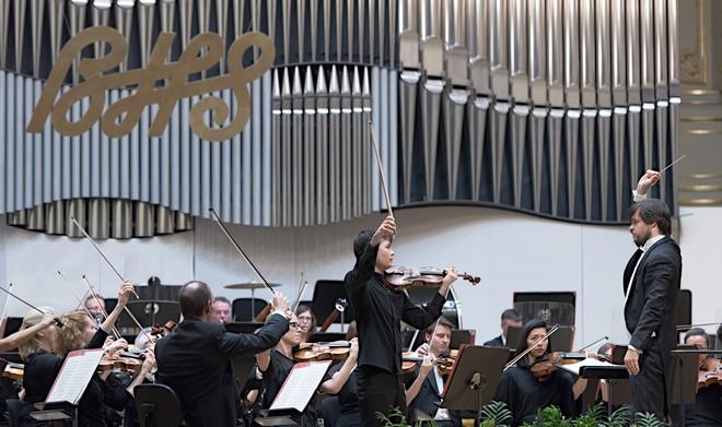 Bratislavské hudobné slávnosti 2016 - Philharmonia Orchestra London, dirigent Juraj Valčuha, Stefan Jackiw (husle) – Koncertná sieň Slovenskej filharmónie Bratislava 25. 11. 2016 (foto © Jan F. Lukáš)