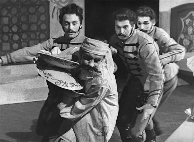 Ferenc Szabó: Ludas Matyi - Lubomír Rešl, Oldřich Stodola, František Doleček, Gustav Voborník - ND Praha 10.3.1961 (foto archiv ND/Jaromír Svoboda)