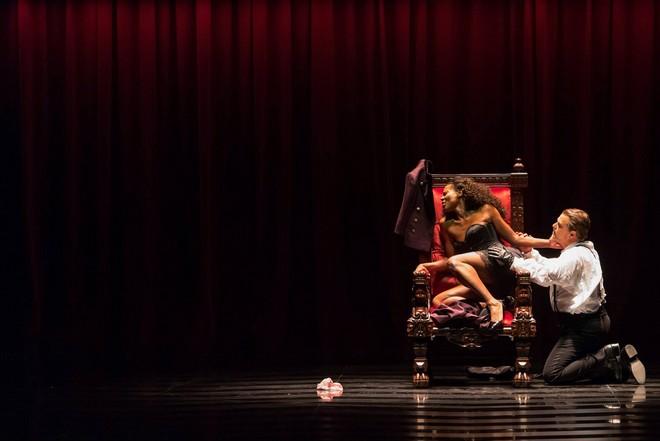 Giuseppe Verdi: Macbeth (záběr ze zkoušky) - Adina Aaron (Lady Macbeth), Roberto Frontali (Macbeth) - Theater an der Wien 2016 (foto © Herwig Prammer/FB Theater an der Wien)