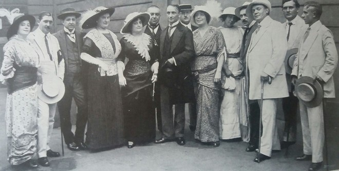 Ludvík Vítězslav Čelanský (uprostřed) v roce 1907 se členy první zpěvohry Divadla na Vinohradech (zdroj cs.wikipedia.org)