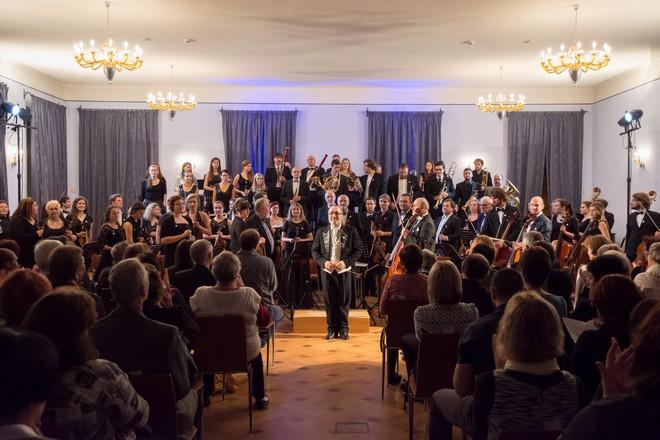 Podkrkonošský symfonický orchestr a Graziano Sanvito – Zámek Lomnice nad Popelkou 2016 (foto Jan Žalský)