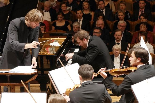 SOČR, dirigent Michał Nesterowicz, Lukáš Vondráček - 4. 11. 2016 (foto Petr Horník)