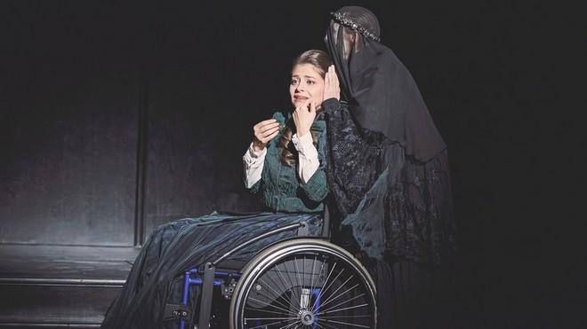 Gaetano Donizetti: Lucia di Lammermoor - Anna Virovlansky (Lucia), Katharina Thalbach (Geis der verstorbenen Mutter Lucias) - Oper Leipzig 2016 (foto Oper Leipzig/Kirsten Nijhof)