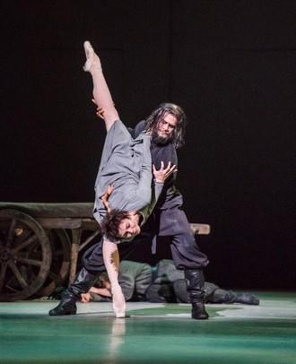 Anastasia - choreografia Kenneth MacMillan - Natalia Osipova (Anna Anderson) a Thiago Soares (Rasputin) - The Royal Ballet 2016 (foto © 2016 ROH/Tristram Kenton)