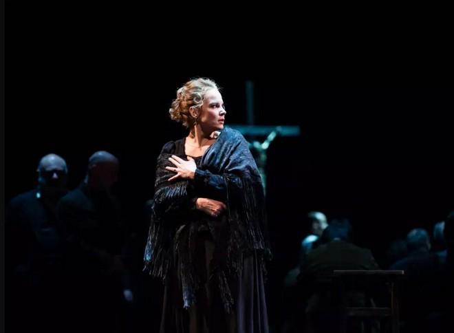 Pietro Mascagni: Cavalleria rusticana - Opéra national de Paris 2016 (foto © Julien Benhamou/Opéra national de Paris)