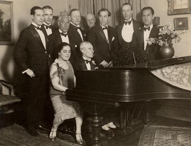 Maurice Ravel za klavírem při svém americkém turné v březnu 1928 (vedle něj kanadská pěvkyně Éva Gauthier, zcela vpravo George Gershwin)(zdroj commons.wikimedia.org)