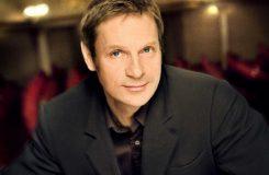 Simon Keenlyside znovu v Praze, tentokrát s muzikálovými hity