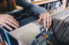Zájem o stahování hudby upadá, v Británii teď lidé víc utrácejí za vinyly