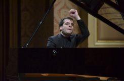 Mozart na andělských perutích. Švýcarský klavírista Francesco Piemontesi poprvé v Praze