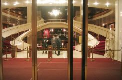 Obecenstvo se laskavě žádá, aby se oblékalo v souladu s pravidly slušného chování v divadle