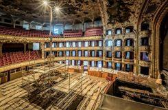 Fotoreportáž: Bagr v orchestřišti, místo sedadel lešení. Rekonstrukce pražské Státní opery prý pokračuje podle plánu