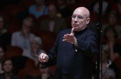 Uměleckým ředitelem a šéfdirigentem Filharmonie Brno je Dennis Russell Davies. Orchestr povede od příští sezony