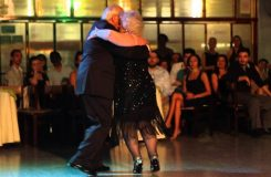 Tango spolu tančí už 70 let. Podívejte se na video