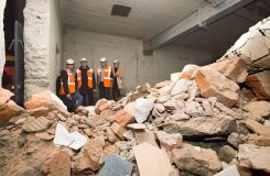 Kontrolní den v rekonstruované Státní opeře: Končí se s bouráním, památkou je i provozní budova