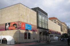 """""""70 let – budoucnost – hudební divadlo."""" K výročí otevření Komické opery v Berlíně"""