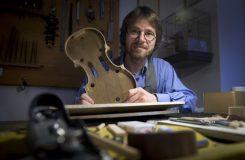 Stíhá vyrobit sotva troje housle do roka. Trh včetně českého teď válcuje čínská výroba