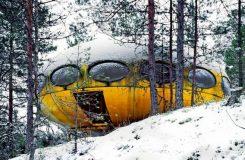 Žlutý objekt podobný létajícímu talíři přistál v zasněženém lese. Vesmírná Bohéma v Paříži