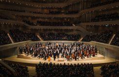 Hamburská Elbphilharmonie slaví rok. Jansons a Rattle dirigují klasiku 20. století