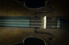 Elitní čeští houslisté hrají na vzácné nástroje. Hudební kurýr je tady
